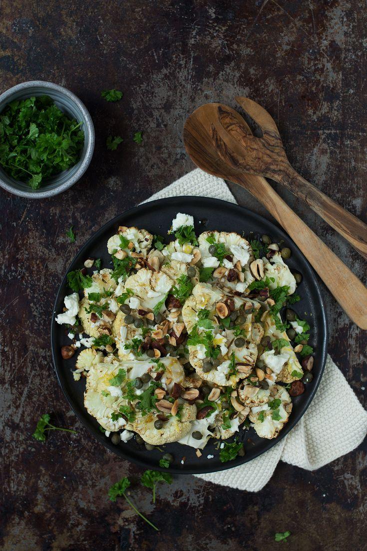 En nem og hurtig opskrift på salat med bagt blomkål, feta, ristede hasselnødder og frisk persille.