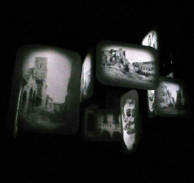 David Loom, Frame, 2012, installazione circumnavigabile / stanza nera, carbone, pvc levigato, doppia proiezione anamorfica, suono, essenza di cipresso