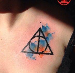 Harry Potter Fan Tattoo Heiligtümer des Todes mit Watercolour auf der Brust Dekolteé