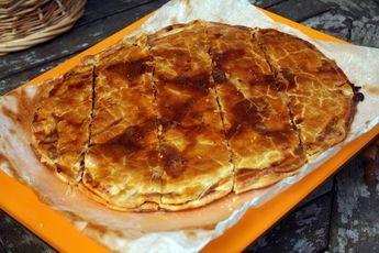 Desde el blog COCINA PARA POBRES te explican como hacer desde 0, es decir, prepara tanto la masa de la empanada como el relleno.