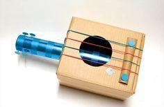 Con una cajas usada, vamos a hacer esta divertida guitarra hecha a mano de cartón. Este juguete no es solo sencillo de hacer, sino que además, suena bien.
