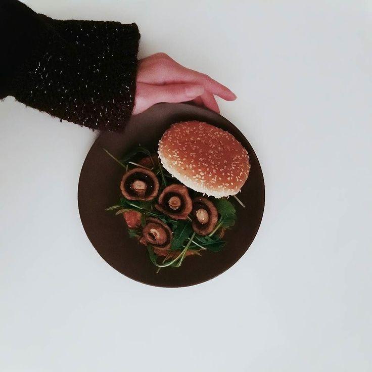 """http://ift.tt/2g2VYDH // DINNER TIME WITH HOMEMADE POTATO BURGER WITH MUSHROOMS AND CREAM CHEESE   Sorry für das sauschlechte Foto ihr Lieben aber das MUSS ich euch zeigen. Dieser Burger ist einfach der Waaahnsinn! Also man nehme zwei heiße Röstis mit einer dünnen Scheibe Käse (ich liebe den türkischen """"Kaşar"""") lege sie auf ein mit Knoblauch-Frischkäse bestrichenes Burgerbrötchen und toppe das Ganze mit Rucola und gebratenen Champignons... Und fertig ist der perfekte Burger  Müsst ihr…"""