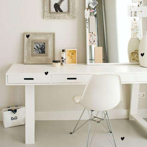 Soldes Bureau Decoclico, achat Bureau en pin 4 tiroirs avec trépied - blanc ou noir prix Soldes Decoclico 271.20 € TTC au lieu de 339 €
