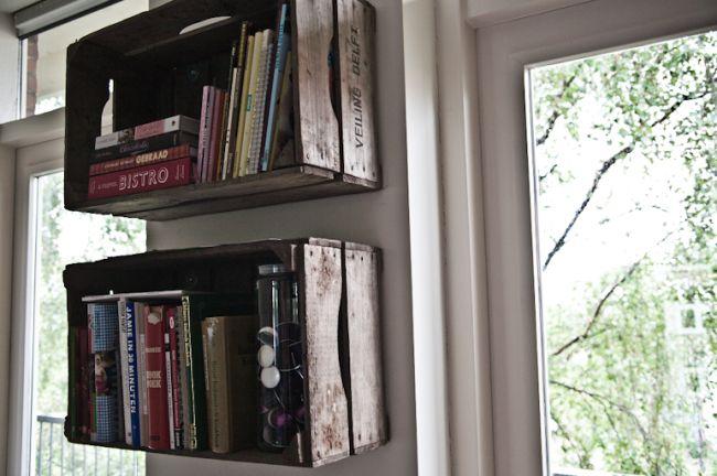 Of je spijkert gewoon een paar oude kistjes aan de muur voor je studieboeken.