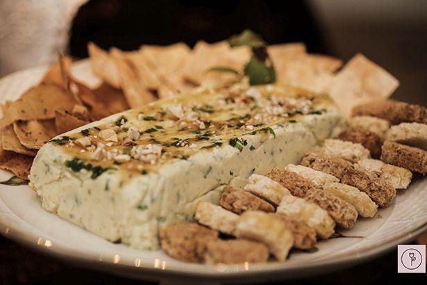 terrine de queijo com mel e castanhas de cajú com mix de torradas