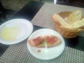 um prato surpreendente, mesmo sendo algo clássico, aqui se fez de forma primorosa e saborosa, que me agradou muito além do imaginado, isso pra alguém que curte muito pouco esse prato.  #Filetto #alla #Parmegiana #spaghetti #molho #LaPositano #almoço #comida #restaurante #cantina #Itália #italiana #filé #carne #macarrão #massa #tomate #picado #pão #torrada #queijo #bruschetta #azeite #aromatizado #tempero #abacaxi #fruta #sobremesa #XinGourmet