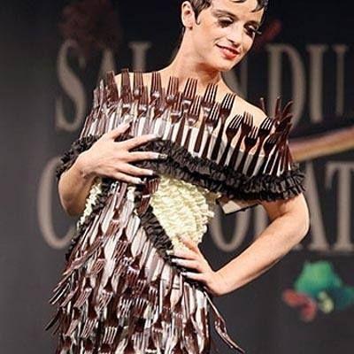 Vestido realizado con tenedores.