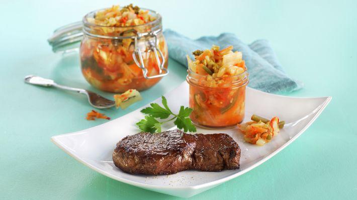 Saftig, pannestekt biff av norsk storfe med koreansk kimchi er en skikkelig sunn og smakelig fristelse. Kimchi er en fermentert kål- og grønnsaksblanding som smaker himmelsk. Sett av to uker til kimchien og et par minutter på hver side til biffene. Eksotisk og veldig godt!