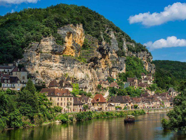 La Roque-Gageac, Franţa Sătucul din sudul Franţei construit chiar pe stânci este unul dintre cele mai frumoase locuri din ţară. Aici vei găsi, printre altele, un număr impresionant de plante exotice.