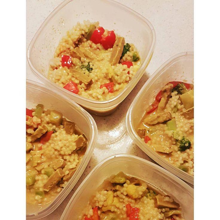COUSCOUS W/ QOURN BEEF-POT 4 portioner 🔸1 burk kokosmjölk (400ml) 🔸1 påse frysta broccoli&blomkål(340g) 🔸1 röd paprika 🔸1 grönsaks buljong 🔸1 pkt qourn beef stripes 🔸krydda: gurkmeja och sriracha chilisås 🔺4 portioner couscous (0,78dl torr per portion) Per portion: Kcal: 385 Protein: 20,7g Kolhydrater: 52,85g Fett: 8,9g _________________ Diet recept kvarg créme fraîche Kelda pastasås