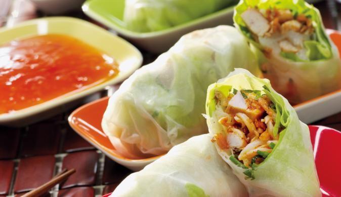 Hähnchenbrustfilet in Streifen schneiden und mit pikanter Geflügel-Gewürzmischung würzen. Dazu noch knackige Möhren und frischen Feldsalat in das Reispapier wickeln und fertig sind die Asia-Glücksrollen.
