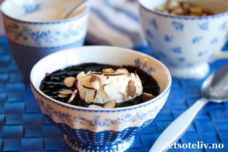 Blåbær er vidunderbæret over alle; fulle av antioksidanter og nydelige påsmak! Blåbærsuppe er endeilig dessert som kan nytes varm eller kald. Suppen kan lages med friske eller frosne blåbær og er lett å få til. Jeg har kokt blåbærsuppen med en vaniljestang for ekstra god smak. Blåbærsuppen kan serveres som den er, eller du kan fjonge den opp med en klatt krem eller vaniljeis. Jeg synes det er godt med et dryssmandelflak på i tillegg, men disse kan selvsagt sløyfes hvis du foretrekker det.