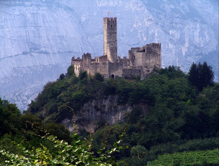 """Burg #Drena - Die #Festung, die auf einer Hügelkuppe das #Sarcatal dominiert, wird ab dem 12 Jh. erwähnt. Jetzt ist in der #Burg ein kleines interessantes #Museum.  Die #Burg liegt genau oberhalb des Canyons des """"Rio Sallagoni"""", wo es einen einfachen aber sehr lustigen #Klettersteig gibt."""