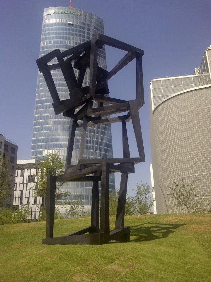 Bilbao inaugura una escultura de Jedd Novatt junto a la biblioteca de la Universidad de Deusto  ---------------------------  Bilbok Jedd Novatt-en eskultura bat inauguratu du Deustuko Unibertsitateko liburutegiaren ondoan
