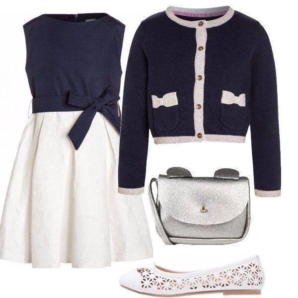Outfit da bimba composto da vestito bicolore in cotone con fiocco, cardigan degli stessi colori con fiocchetti sulle tasche, ballerine traforate e borsa con simpatiche orecchie.