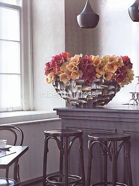 Natural arrangement of tulips in pot Radica Boat
