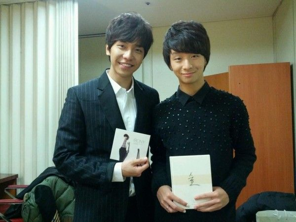 Guitarist Jung Sung Ha snaps a photo with Lee Seung Gi