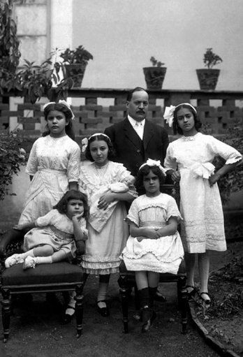 Frida Kahlo and her family, 1911. _Collection Cristina Kahlo_Guilermo Kahlo
