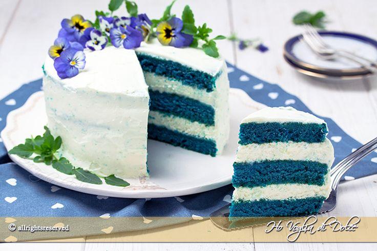 Blue velvet cake la versione in blu della classica red velvet. Una torta americana, golosissima e colorata. Ricetta passo passo facile e veloce da preparare