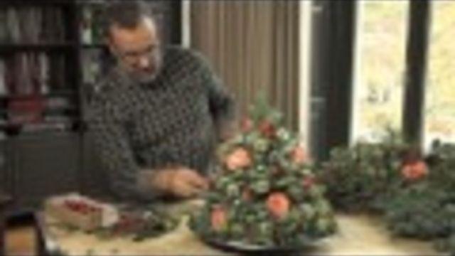 Kerstdecoratie: zelf een mini kerstboom maken van dennengroen en verse bloemen. - Instructies - Weethetsnel.nl #DIY #Kerst