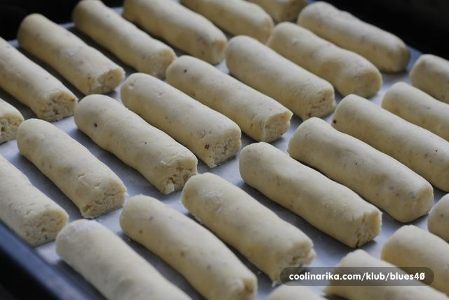 Sastojci 2 kom bjelanca 150g šećera u prahu 250g maslaca 150ml ulja 1 Vanilin šećer Dolcela 100g oraha, lj...