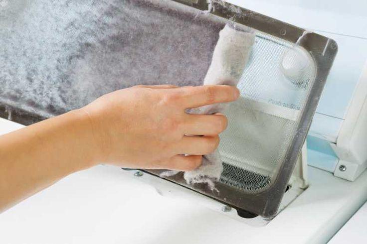 Das Flusensieb reinigen: Die trockenen Fusseln können einfach mit der Hand abgesammelt werden.