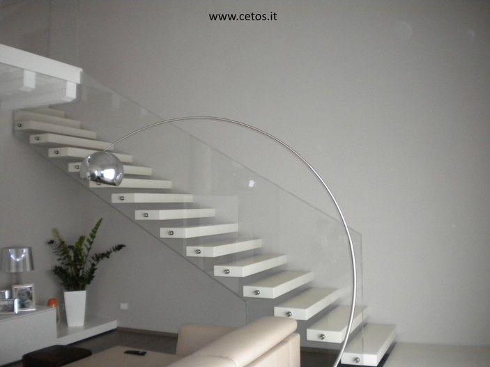 scale gradini a sbalzo con parapetti in vetro