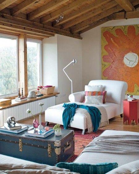 vigas de madera ventanas abiertas en el tejado una casa en el campo techo de madera techo abuhardillado suelo de barro sillas Tolix serigraf...