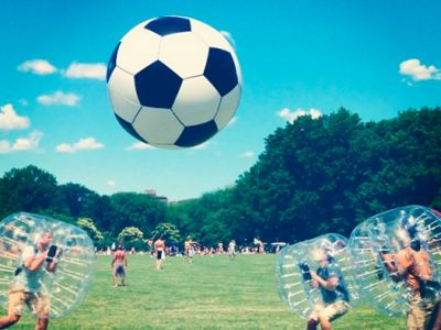 """Bubble Soccer, Loopyball, Bubble-Fussball oder Bubbleball-Football: Es gibt viele Bezeichnungen für diese Trendsportart, welche in Europa, Südafrika und USA usw. sehr populär ist. Das wichtigste Zutat für diese Funsportart sind, neben einen herkömmlichen Fußball, die sogenannten """"Bumperz"""" oder umgangssprachlich auch """"Bubbles""""."""