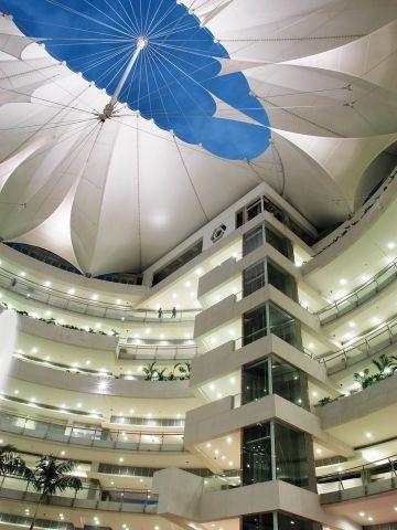 Es un centro comercial en Bogotá. Hay muchas tiendas en el centro comercial.