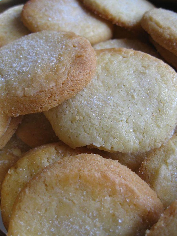 Biscotti danesi al burro - Ricetta dei danish butter cookies, i classici dolcetti della scatola di latta blu. Golosi biscotti al burro ricoperti di zucchero