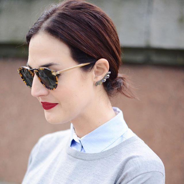 Óculos estiloso + camisa + batom vermelho. Vic Ceridono - Dia de Beauté