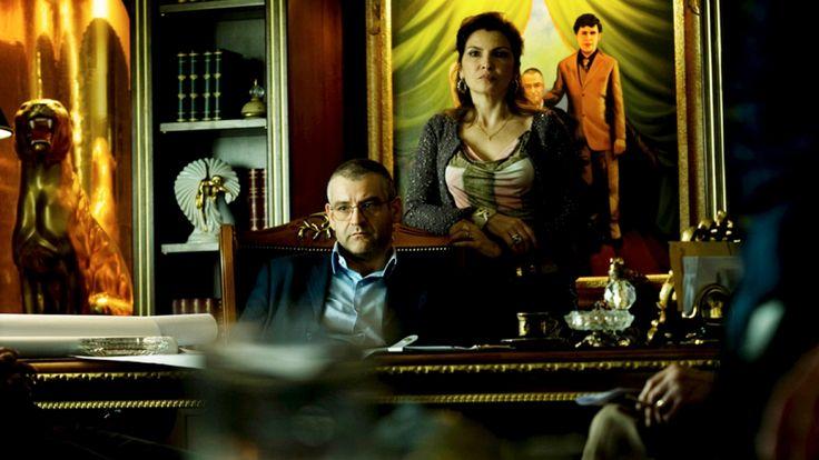 """Après le succès du film adapté du livre de Roberto Saviano, voici la série """"Gomorra"""" (douze épisodes), qui met en scène la mafia napolitaine, violente et tentaculaire. Captivant"""