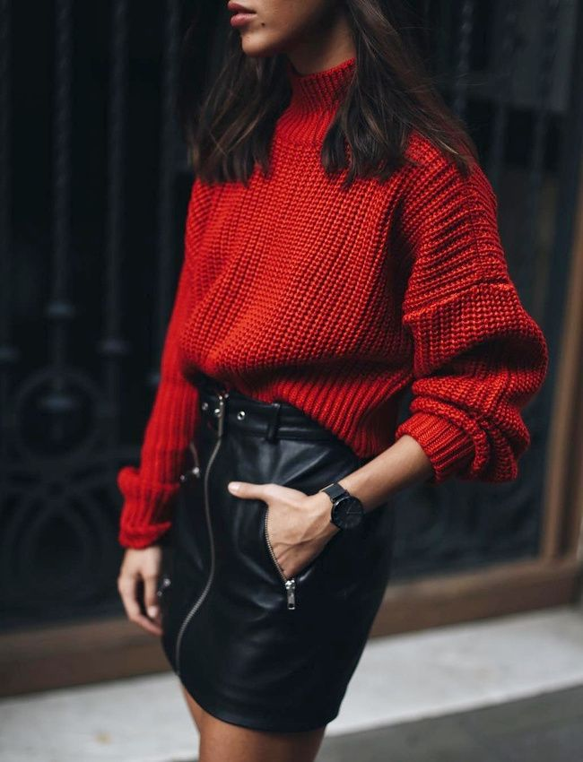 Avec son ampleur douillette, le pull oversize n'a pas son pareil pour assagir une mini jupe en cuir (Nina Urgell)