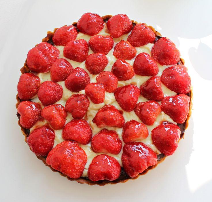 Jordbærtærte med mazarin, chokolade og vaniljeprikket crème (Recipe in Danish)