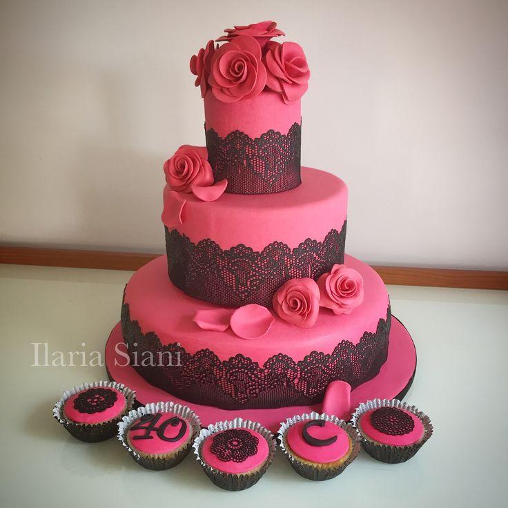 """Torta e cupcakes eleganti in fucsia e pizzo nero 💝🖤 #instafood #ilas #ilassweetness #torta #tortaapiani #cake #cupcakes #cakedesign #pastadizucchero #sugarpaste #fucsia #pizzo #sugarlace #rose #birthdaycelebration #birthday #birthdaycake #compleanno  Per info e richieste contattami qui  www.facebook.com/ilascake  e se ti va metti """"mi piace"""" alla mia pagina 👍🏻"""