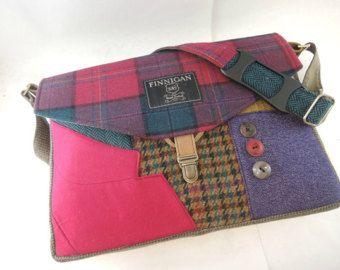 Mostrar su actitud y profesionalidad con esta bolsa de mensajero/iPad hecha de capas de traje reciclado. La bolsa tiene dos bolsillos exteriores bajo la tapa frontal. El bolso está forrado con tela de algodón tela cruzada pesada. El interior tiene una funda acolchada espuma y paño grueso y suave en la parte posterior de la bolsa que se ajusta a un iPad. Tiene 2 bolsillos y una ranura para lápiz junto con una sección para llevar tus extras. La bolsa se cierra con enganches de tronco aplic...