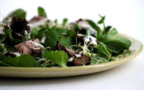 Salada de agrião com rosbife e molho de raiz-forte   Panelinha - Receitas que funcionam