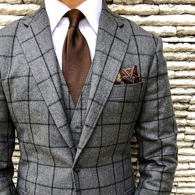 おはようございます☀ 東京ジェンツ、ブログ更新! by @tomo_hendrix ・ ・ 私がオールデンを好きになったきっかけは、氏の影響がかなり大きいです! ・ ・ 今日のスーツ、7年ほど前に、今のところとは別のところで作ったスーツ。気に入らず色々補正したりしましたが、やはりもう限界です。 今季でもう処分するつもりですが、今までよく頑張って来てくれたなぁと感謝です。 ・ そういう意味では色々学べたスーツでした。 ・ ・ ・ #ootd #ootdmen #outfit #mnswr #menswear #mensclothing #mensstyle #mensfashion #dapper #dappermen #sprezzatura #classydapper #wiwit #instafashion #R1 #gentlemen #classic #british #outfitoftheday #menwithclass #menwithstyle #tokyogents #mnswrmagazine #styleformen