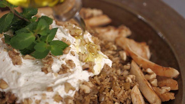 A Rita escolheu um prato único, saudável e muito saboroso: Arroz libanês com frango e nozes, acompanhado de coalhada seca. Confira!