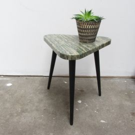 Vintage bijzet tafel jaren 60 70 mey zwarte pootjes en steen blad in driehoek vorm. In goede vintage staat.Afmetingen: H 33x Dia 30 cm ; ;