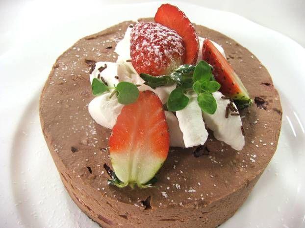 Cheesecake al cioccolato, fragole e panna, una ricetta di Giulia Steffanina  http://www.alice.tv/semifreddi/cheesecake-cioccolato-fragole