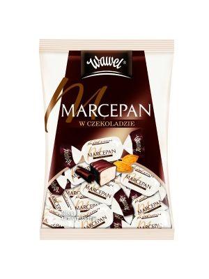 Prawdziwy marcepan oblany deserową czekoladą to propozycja dla koneserów słodkości. Połączenie migdałowego nadzienia z najlepszą czekoladą to słodycz godna królewskiego podniebienia. WAWEL produkuje słodycze od ponad 100 lat według własnych, tradycyjnych receptur i przepisów.