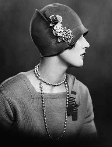 """20s sombrero """"Cloché"""", su aspecto es semejante a un pequeño casco, o más bien una campana, como indica su nombre en francés."""