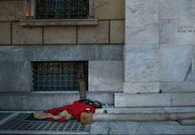 19-Apr-2013 11:48 - TOENAME ZELFMOORD IN GRIEKENLAND. De Grieken zien het allemaal niet meer zitten. Door de besparingen en algehele financiële misére in het land, stijgt het aantal gevallen van zelfmoord en moord, zo komt naar voren uit Amerikaans-Grieks onderzoek. Het sterftecijfer als gevolg van zelfmoord en moord steeg met 22,7 procent en 27,6 procent, vooral bij mannen. Het onderzoek staat in het American Journal of Public Health en is gebaseerd op statistieken van de Griekse...