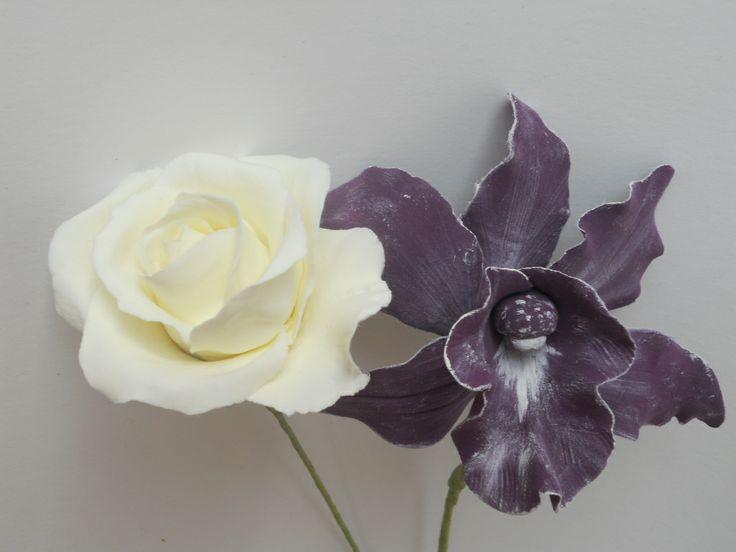 Créations de fleurs entièrement modelées main, pétale par pétale, rehauts peinture à l'huile (déco, bouquets de mariée...) contactez-moi : lepapinille@hotmail.fr ou lesmariesdadele@hotmail.fr