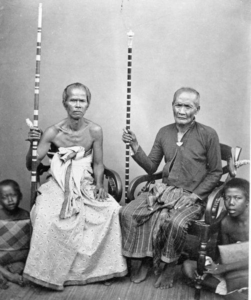 Foto. Twee pedanda's, Brahmaanse priesters uit Boleleng, Bali. TROPENMUSEUM (circa 1870)