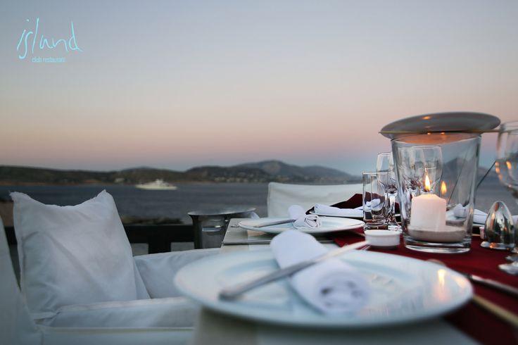 Πάνω στο βράχο, σε συνέχεια του club και με θέα τη θάλασσα, απλώνεται δυναμικά το εστιατόριο του Island. Ξεκινώντας τα πρώτα χρόνια με μεσογειακή κουζίνα, σήμερα το εστιατόριο φιλοξενεί ελληνικές γεύσεις σε δημιουργικά πιάτα με την υπογραφή του βραβευμένου chef, Νίκου Σκληρά. Συνταγές που περιλαμβάνουν ψάρι, κρέας και χειροποίητα ζυμαρικά, φέρουν όλες τις Μεσογειακές αναμνήσεις …
