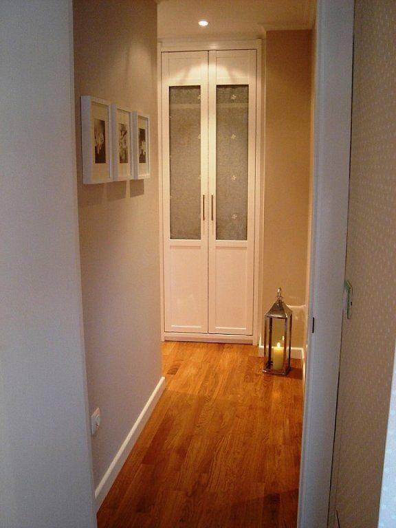 Un pasillo largo y estrecho con puertas a los dos lados for Espejos estrechos