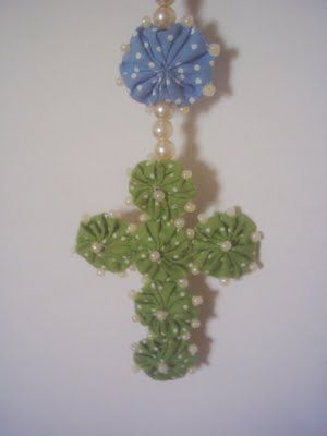 Reza Colorida - Terço de Parede em fuxico - Detalhe Crucifixo com aplicação miçangas de pérolas.